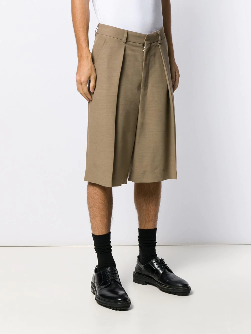 MEN WIDE FIT PLEATED BERMUDA SHORTS